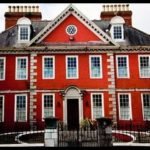 Дом в красных тонах с оригинальным дизайном