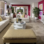 Эффектный современный дизайн розовой квартиры