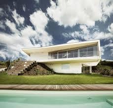 Экстерьер белого дома с привлекательным дизайном