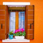 Фасад дома оранжевого цвета с оригинальным дизайном
