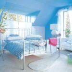 Интерьер комнаты в квартиры в светлом синем цвете