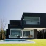 Красивый дом черного цвета