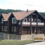 Красивый дом коричневого цвета с уютным дизайном