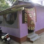 Красивый небольшой дом фиолетового цвета с необычным дизайном