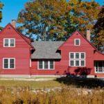 Красный частный дом с оригинальным дизайном
