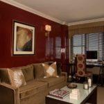 Квартира в бордовых цветах с оригинальным дизайном