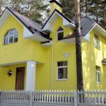 Лимонный оттенок дома с красивым дизайном