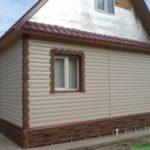 Маленький дом бежевого цвета с красивым дизайном