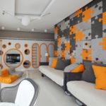 Оранжевый интерьер квартиры с серыми деталями