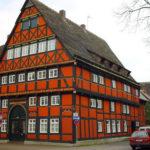 Оранжевый средневековый дом.