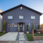 Пример оригинального дизайна экстрьера синего дома