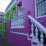 Пример яркого красивого дизайна фиолетового современного дома