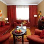 Привлекательный дизайн бордовой квартиры