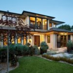 Шикарный большой дом бежевого цвета