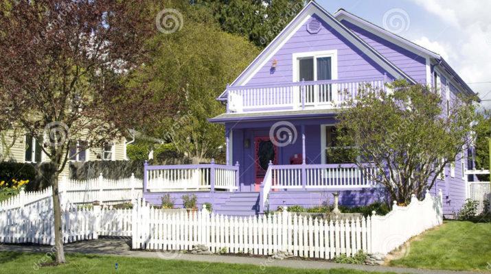 Шикарный дом фиолетового цвета с приятным дизайном