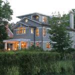 Уютный и современный дизайн серого дома