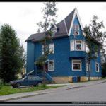 Синий дом с приятным и красивым дизайном