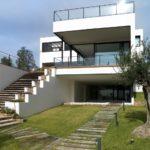 Современный белый дом с красивым дизайном