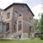 Современный дизайн коричневого дома