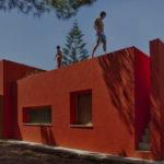Современный дизайн красного дома