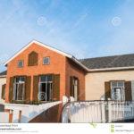 Яркий дизайн оранжевого дома