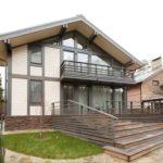 Современный дом бежевого цвета с ярким дизайном