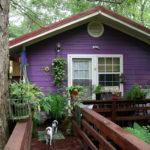 Современный дом фиолетового цвета