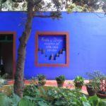 Стильный дизайн голубого загородного дома