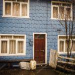 Строгий дизайн голубого дома