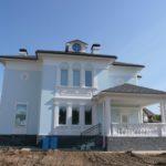 Светлый дизайн голубого дома