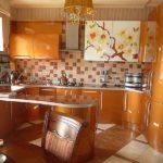 Светлый интерьер оранжевой квартиры
