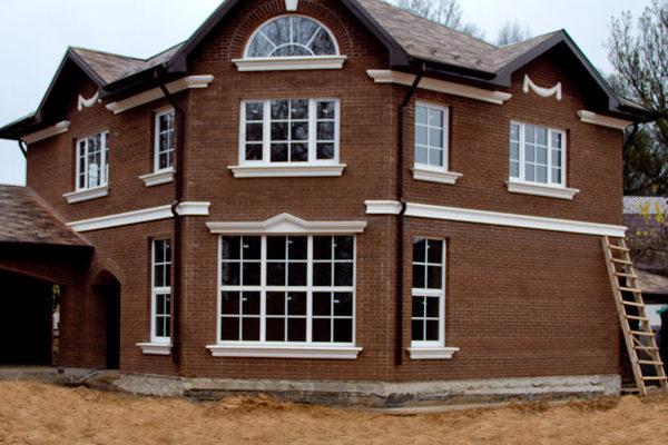 Уютный дизайн коричневого дома