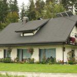 Уютный небольшой дом бежевого цвета с красивым дизайном