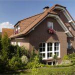Вариант современного дизайна дома коричневого цвета