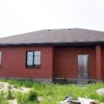 Вариант стильного дизайна дома в бордовом цвете