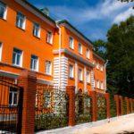 Яркий дизайн оранжевого большого дома