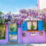 Яркий и красивый дизайн фиолетового дома