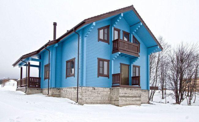 Ярко-голубой деревянный дом с красивым дизайном