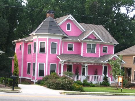 Яркость дизайна дома розового цвета