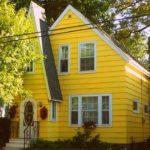 Желтый дом с красивым дизайном