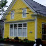 Желтый дом с оригинальным дизаном