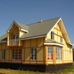 Желтый дом с приятным дизайном
