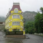 Желтый красивый дом с оригинальным дизайном