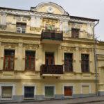 Желтый шикарный дом с красивым дизайном