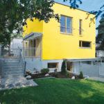 Желтый вариант дома с привлекательным дизайном