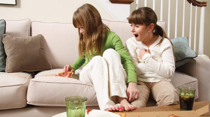 5 способов почистить кожаный белый диван