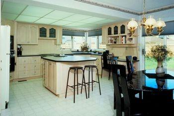 Обсуждаем достоинства и недостатки готовой кухонной мебели и кухонь