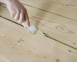 Заделка щелей в деревянном полу