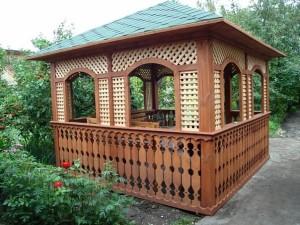 Деревянная беседка – непременный атрибут загородного дома