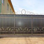 Популярные решения металлических ограждений и ворот